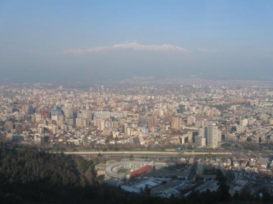 ซันเตียโก, ชิลี: Those are the Andes mountains behind Santiago...not clouds