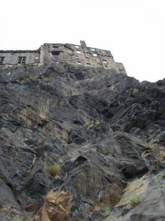 ปราสาทเอดินเบิร์ก: Looking up at Edinburgh Castle....I was not about to climb that!