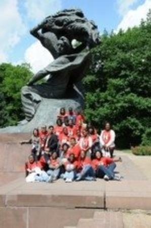 วอร์ซอ, โปแลนด์: Under the statue of Chopin