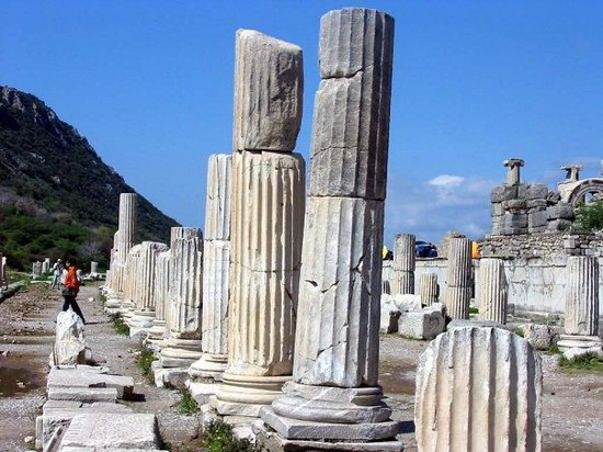 Selcuk, ตุรกี: These pillars are just sitting there. It is amazing to see.