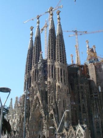 โบสถ์แห่งครอบครัวศักดิ์สิทธิ์: El Templo Expiatorio de la Sagrada Familia. Gaudí tenía un estilo raro. Entre que parece q está