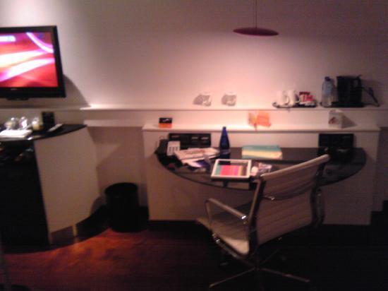โรงแรมฮิลตัน มาดริด แอร์พอร์ท: small desk
