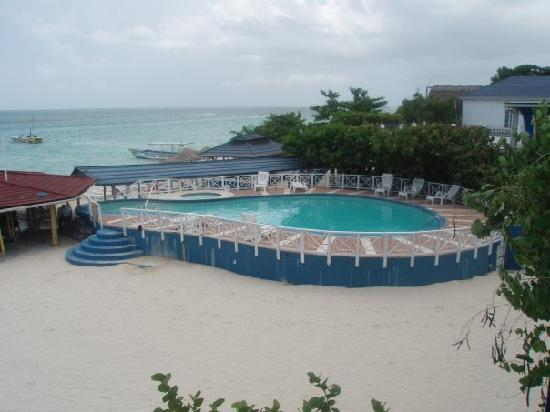 Negril Tree House Resort: Pool and Jacuzzi pic taken from our balcony