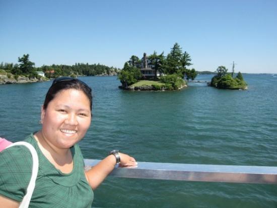 คิงส์ตัน, แคนาดา: 1000 island cruise - see that bridge between the two island? that's the shortest international b