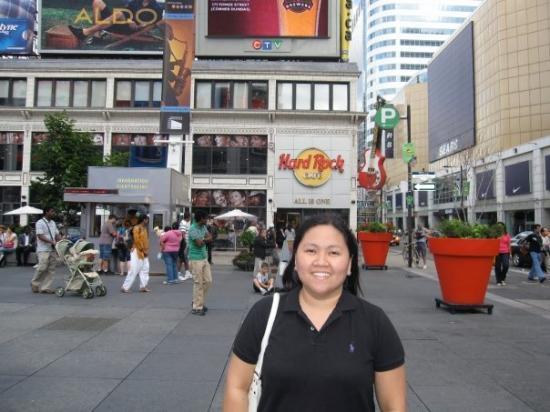 โตรอนโต, แคนาดา: yonge street in downtown toronto,