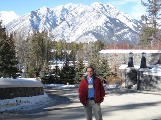 แบมฟ์, แคนาดา: me outside the fairmont banff spring hotel!!