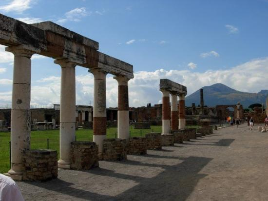 Scavi di Pompei: Pompeii with Vesuvius in the background