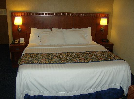Courtyard by Marriott Memphis Airport: Bed