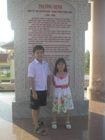 Quang Ngai, เวียดนาม: Đền thờ Trương Định :x với 2 đứa e họ tớ:X