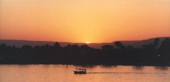 ลักซอร์, อียิปต์: Sunset across te Nile at Luxor