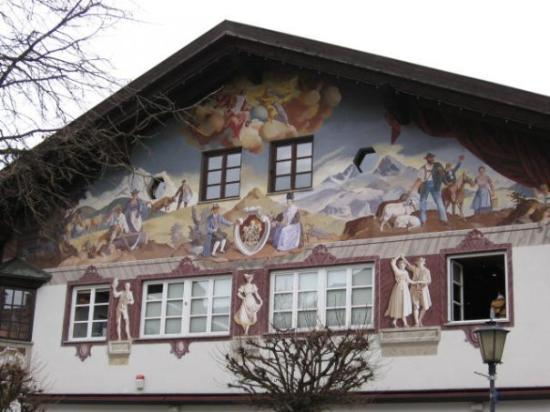 Oberammergau, เยอรมนี: typical painted building