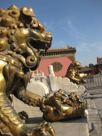พิพิธภัณฑ์พระราชวัง: fu lions are always created in pairs, with the male playing with a ball and the female with a cu