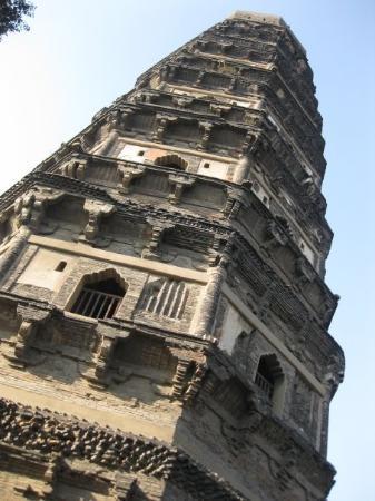 เนินเสือ: yunyan pagoda