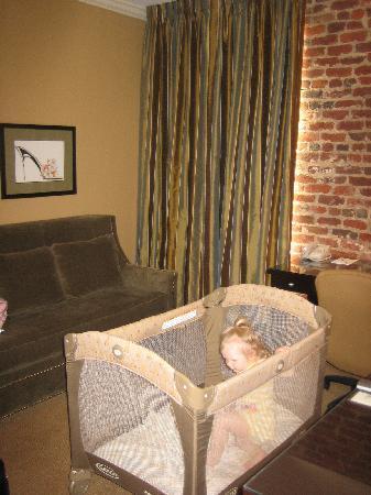 Craddock Terry Hotel: Livingroom of suite