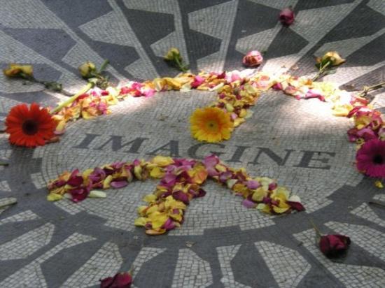 Strawberry Fields, John Lennon Memorial: Strawberry Fields in Central Park