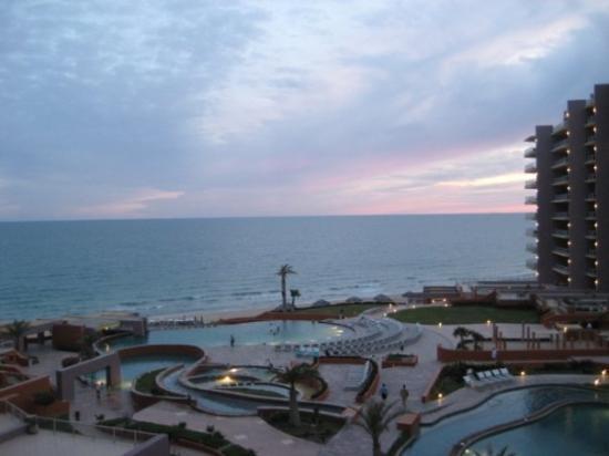 Las Palomas Beach & Golf Resort: Evening view from the lanai.