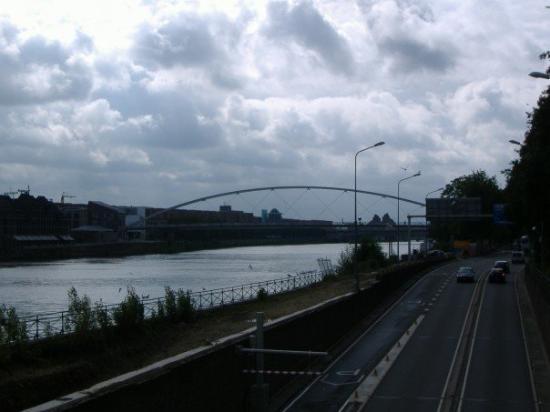 มาสทริชต์, เนเธอร์แลนด์: Standing on a bridge, looking at another one.