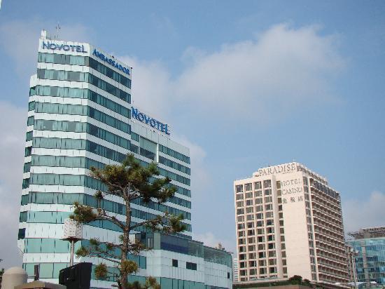 โรงแรมโนโวเทล แอมบาสซาเดอร์ ปูซาน: View of the hotel from the beach.