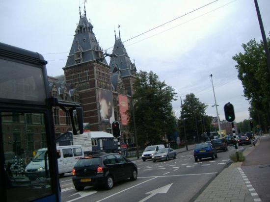 พิพิธภัณฑ์แห่งชาติ: Walking towards the Rijksmuseum.