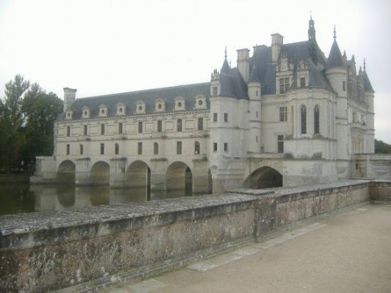 Chenonceaux, ฝรั่งเศส: It hangs out over the water.