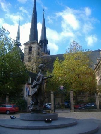 เมืองลักเซมเบิร์ก, ลักเซมเบิร์ก: Sculpture with the church in the background.