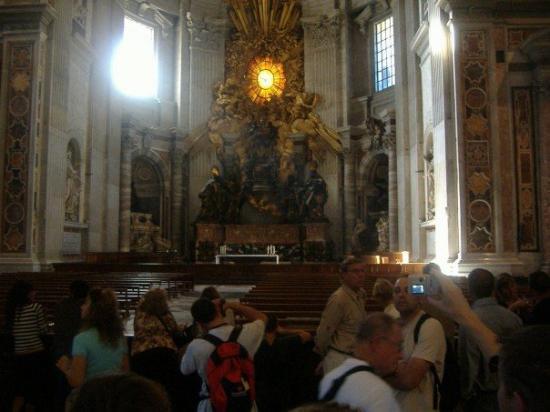 บาซิลิกาของเซนต์ปีเตอร์: 2nd largest bronze sculpture in the world - the throne of the Pope.
