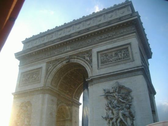 ประตูชัย: Arc de Triomphe.