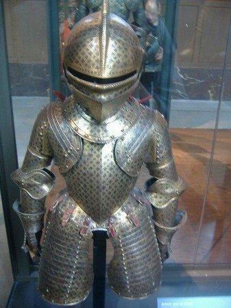 พิพิธภัณฑ์ทหาร: Museum of the Army.  Child's armor suit.