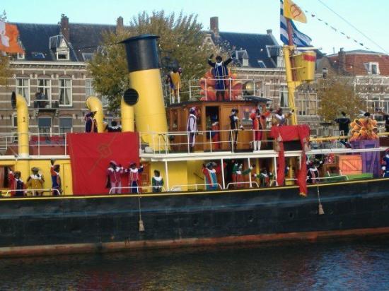 มิดเดลเบิร์ก, เนเธอร์แลนด์: Black Pete's waving to the crowd.
