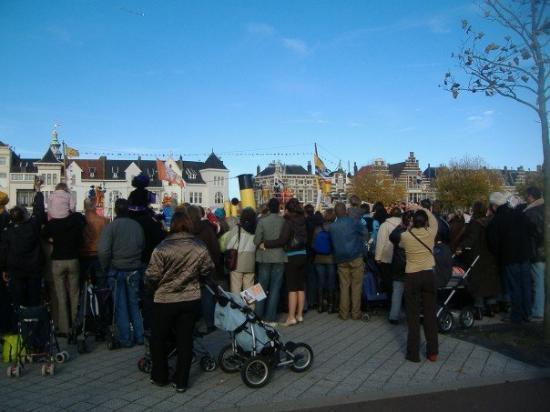 มิดเดลเบิร์ก, เนเธอร์แลนด์: People love this guy.  So many kids there.