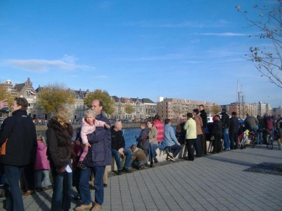 มิดเดลเบิร์ก, เนเธอร์แลนด์: Mob of people getting ready for Sinter's entrance by boat.