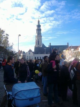 มิดเดลเบิร์ก, เนเธอร์แลนด์: More crowds.  Lange Jan tower in the background.