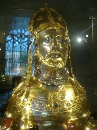 มาสทริชต์, เนเธอร์แลนด์: Gold bust of Sint Servatius.