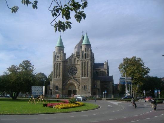 มาสทริชต์, เนเธอร์แลนด์: Big church which is boarded up.  I wonder why.