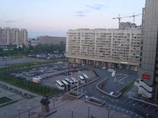 ปาร์คอินน์ พรีบัลติย์สกายา เซนต์ปีเตอร์สเบิร์ก: View from hotel room over entrance