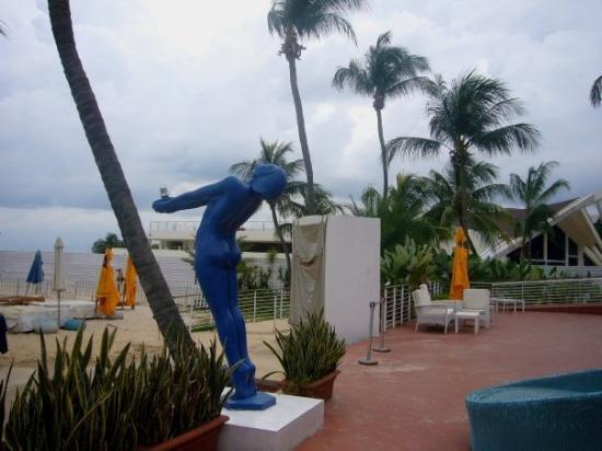 เกาะเซนโตซา, สิงคโปร์: ...沙灘泳池其中一邊係bar 檯...=3=...正到呢...好想跳落去游水飲酒...><!!..可惜人地游緊水我唔敢影相...