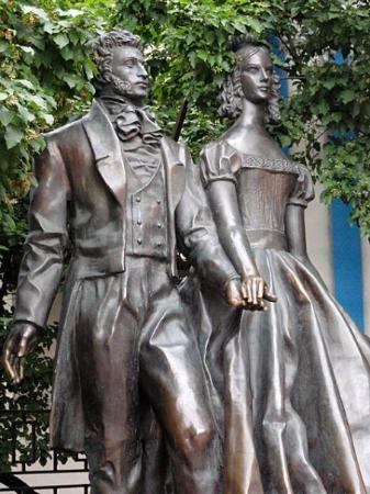 มอสโก, รัสเซีย: Pushkin and Natalia Goncharova... well, a likeness of them.