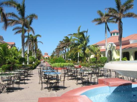 บาราเดโร, คิวบา: The courtyard at Iberostar Playa Alameda, Varadero, Cuba (Sep 08). Most nights, there was an exc