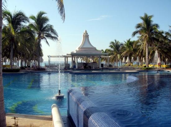 พลายาเดลคาร์เมน, เม็กซิโก: The pool. Riu Palace Riviera Maya, Playa del Carmen, Mexico (Jun 08).
