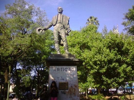 อาซุนซิอง, ปารากวัย: Monumento de J G Artigas en el centro de la plaza Uruguaya
