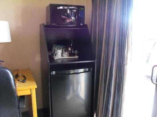 Comfort Inn Airport: fridge and microwave