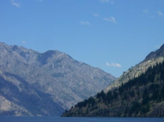 Chelan, วอชิงตัน: A few miles farther all signs of habitation disappear.