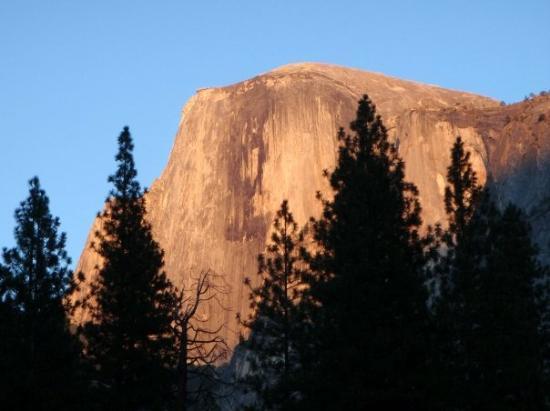 อุทยานแห่งชาติโยเซมิตี, แคลิฟอร์เนีย: Sunset on Half Dome, Yosemite National Park (view from our campsite).