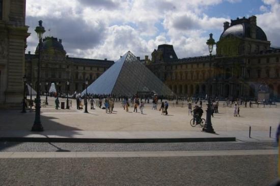 พิพิธภัณฑ์ลูฟวร์: The pyramid at the Louvre