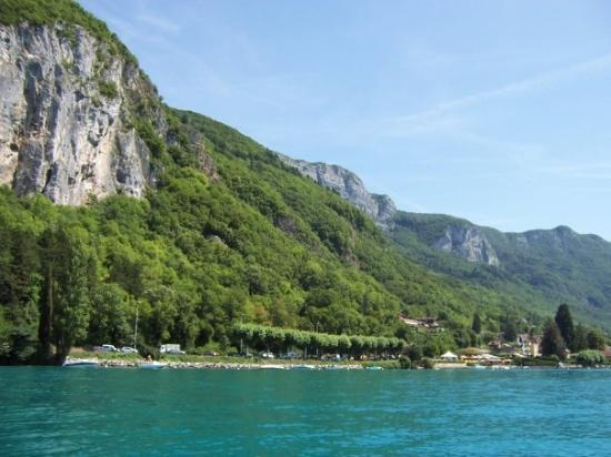 อานเนอซี, ฝรั่งเศส: Preciosas vistas sobre el lago color turquesa