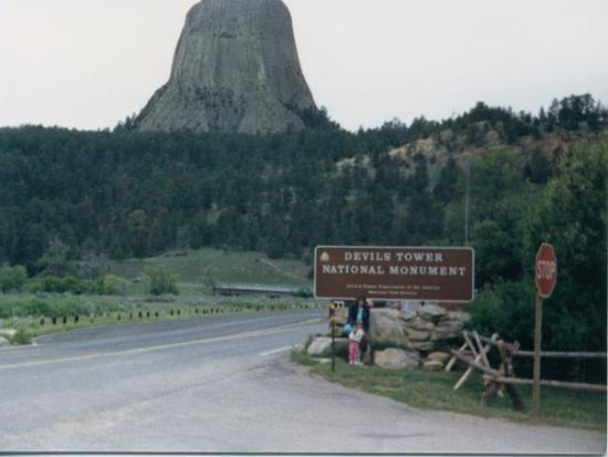 เดวิลส์ทาวเวอร์, ไวโอมิง: Devils Tower Wyoming with Ronnie and Stacy by the sign