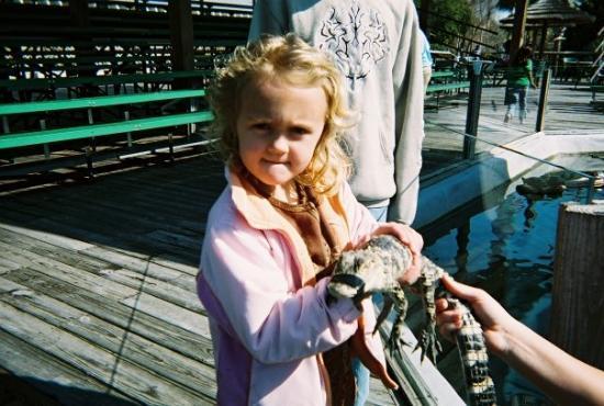 ไมร์เทิลบีช, เซาท์แคโรไลนา: Emma holding the same said gator.