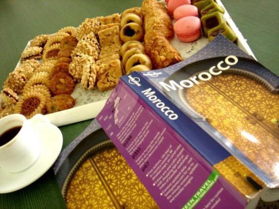 ฟาซ, โมร็อกโก: Moroccan Sweets and my lonely planet :)
