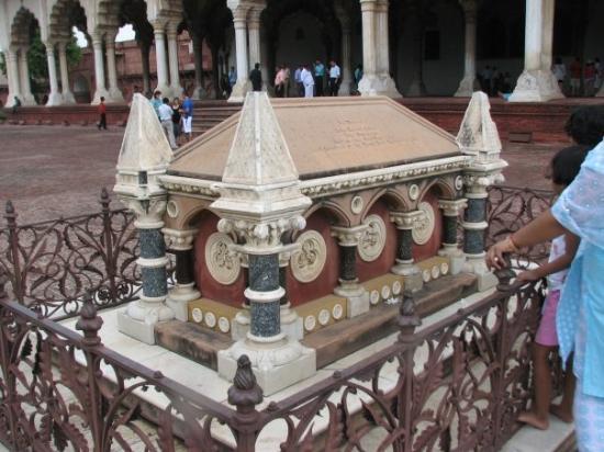 ป้อมอัครา: British Vice-Roy's grave inside diwan-e-aam of red fort