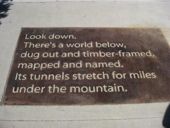 แคนมอร์, แคนาดา: Poetry on the sidewalk near the Canmore town hall.  First stanza...